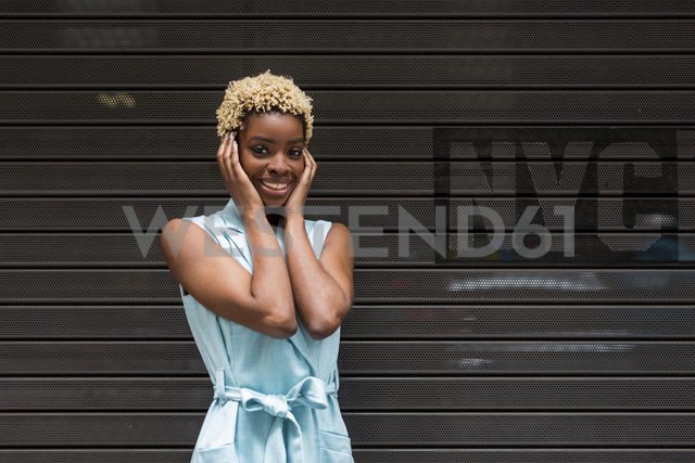 USA, New York, happy young blonde african-american woman, smiling, hand on head - MAUF01254 - Mauro Grigollo/Westend61