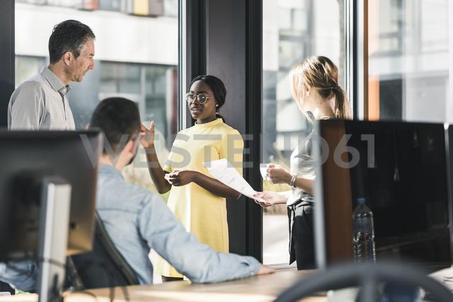 Business people having a meeting in office - UUF12395 - Uwe Umstätter/Westend61