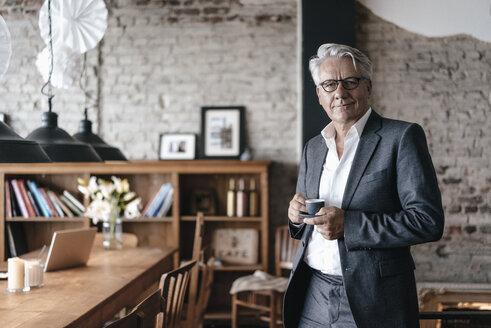 Senior businessman drinking coffee, smiling - GUSF00230
