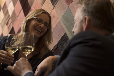 Woman and man drinking wine in bar - SUF00370