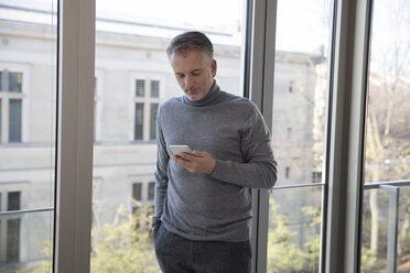 Businessman using smartphone - SUF00388