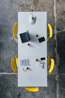 Conference table seen from above, turkish tea, prayer beads, tablet, smartphone, laptop and notebook - JOSF02079