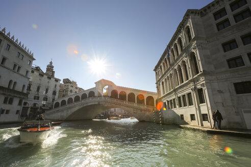 Italy, Veneto, Venice, Canal Grande Rialto Bridge against the sun - FC01321