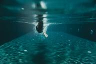 Man swimming in a swimming pool - MFF04231