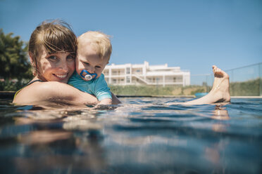 Portrait of smiling mother and baby son in swimming pool - MFF04270