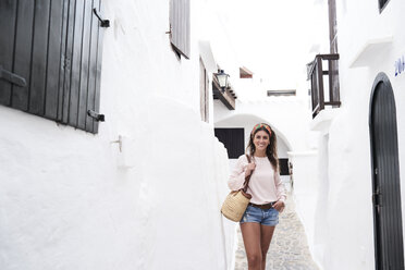Spain, Menorca, brunette young woman smiling - IGGF00307