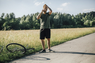 Young man on the phone, bicycle tour, accident - GUSF00269
