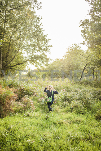 Girl in the nature - MOEF00528 - Robijn Page/Westend61
