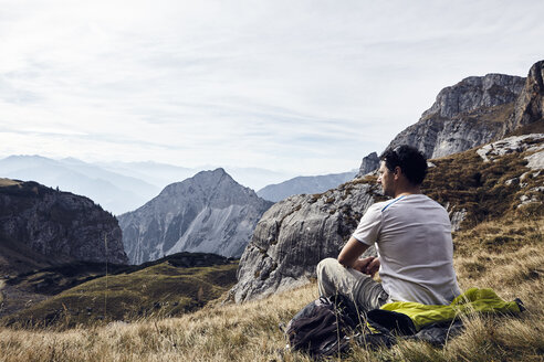 Austria, Tyrol, Rofan Mountains, hiker taking a break - RBF06228