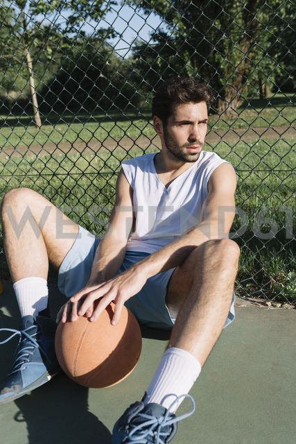 Basketball player sitting on the ground - ALBF00332