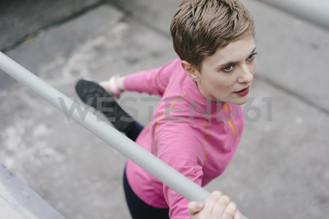 Woman in sportswear stretching at railing - KNSF03321 - Kniel Synnatzschke/Westend61