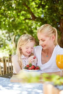 Girl with mother eating stawberries - SRYF00593