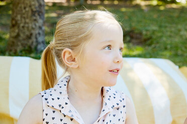 Portrait of blond girl outdoors - SRYF00674