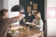 Couple eating salad at dining table at home - MOEF00593
