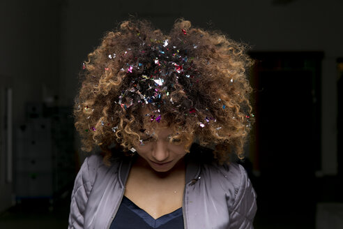 Woman with confetti in her hair - HHLMF00020