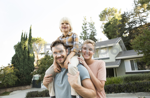 Portrait of smiling parents with son in front of their home - MFRF01136 - Michelle Fraikin/Westend61