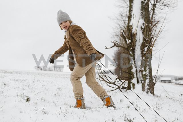 Boy pulling sledge - KMKF00110