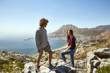 South Africa, Cape Town, young couple on a trip at the coast - SRYF00704