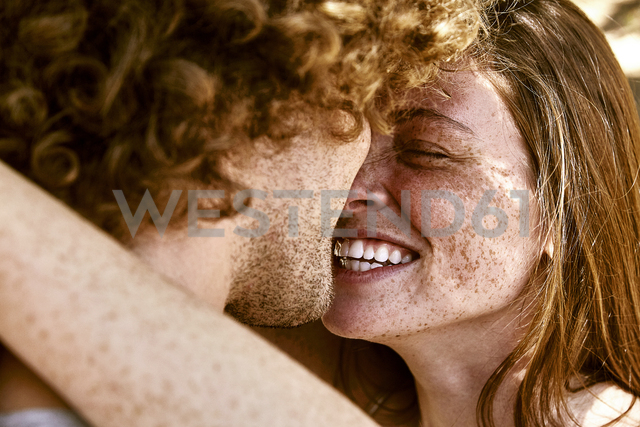 Happy young couple hugging - SRYF00725 - Martina Ferrari/Westend61