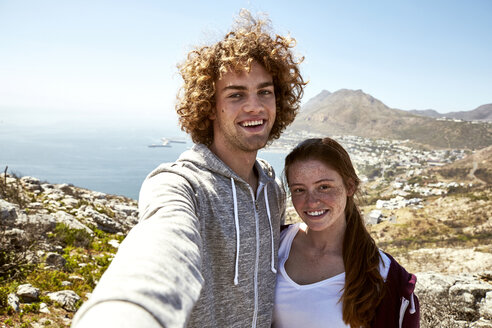 South Africa, Cape Town, happy young couple taking a selfie on a trip - SRYF00734