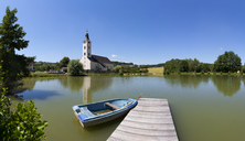Austria, Upper Austria, Hausruckviertel, Bad Schallerbach, Spa Town, Schoenau, Parish Church at lake - WWF04058