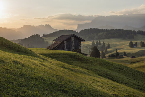 Italy, South Tyrol, Seiser Alm, barns in the morning - RPSF00110