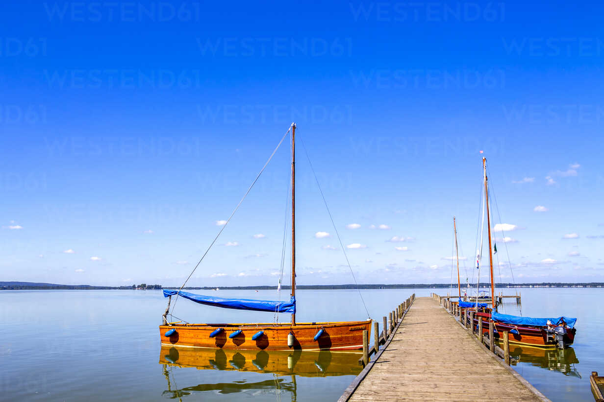 Germany, Lower Saxony, Steinhuder Meer with empty jetty and moored sailing boats - PUF01077 - pure.passion.photography/Westend61