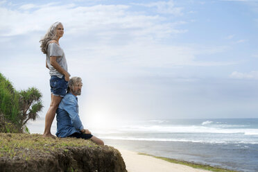 Handsome senior couple looking at the ocean - SBOF01064