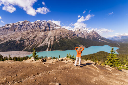 Canada, Alberta, Banff National Park, Peyto Lake, Bow Summit, female hiker enjoying view - SMAF00916
