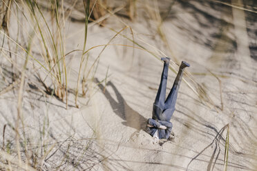 Businessman figurine stuck in sand upside down - FLAF00002