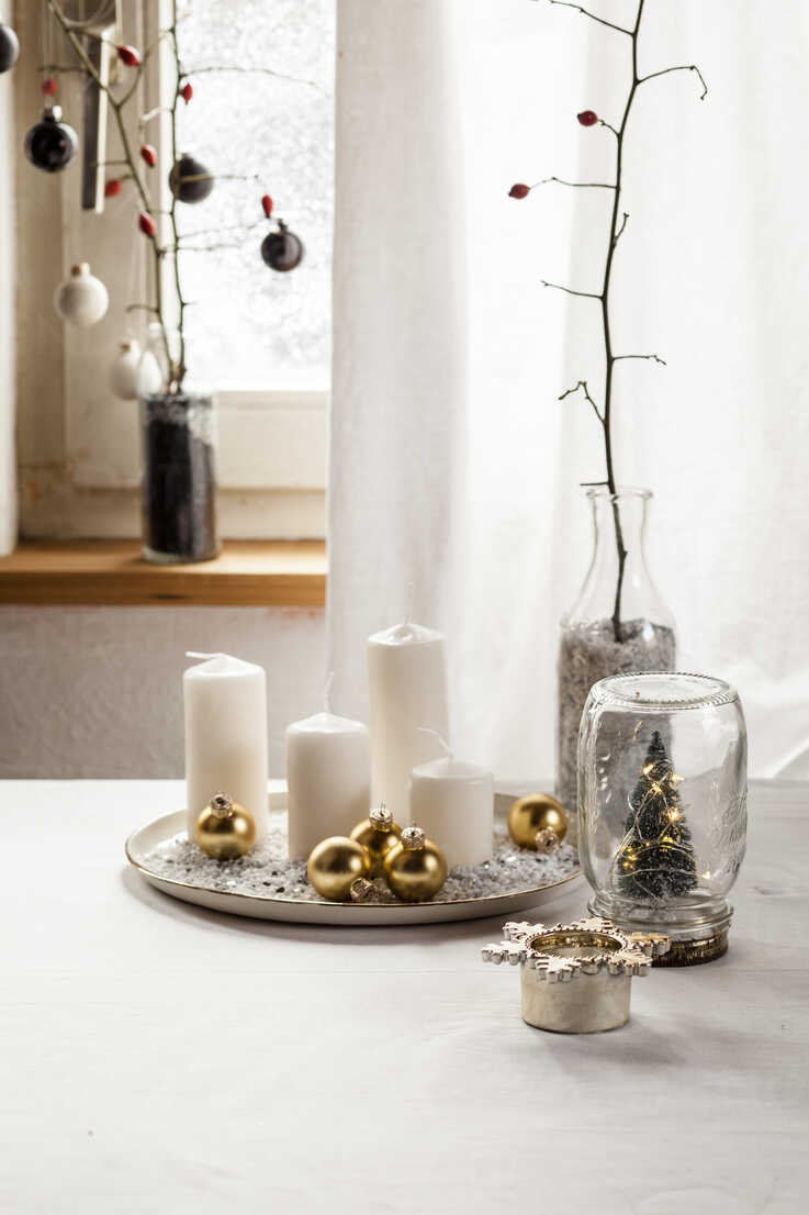 Christmas decoration on table - SBDF03436 - Susan Brooks-Dammann/Westend61