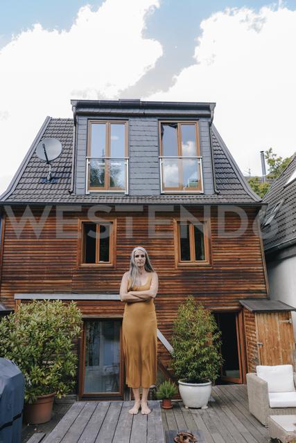 Woman standing on terrace of her house - KNSF03458 - Kniel Synnatzschke/Westend61