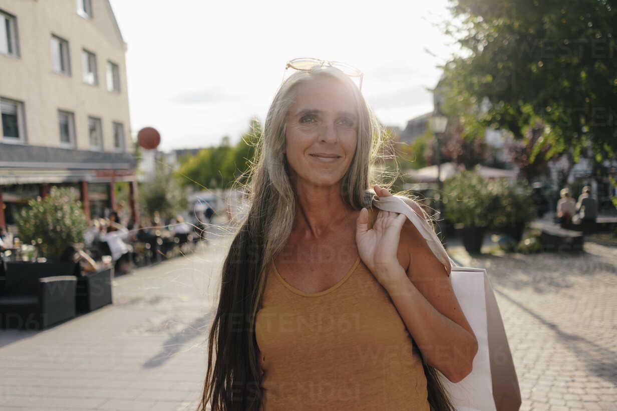 Portrait of smiling woman carrying shopping bags - KNSF03491 - Kniel Synnatzschke/Westend61