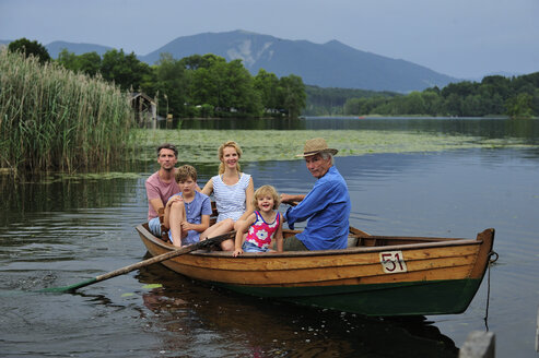 Germany, Bavaria, Murnau, group picture of family in rowing boat on Staffelsee - ECPF00156