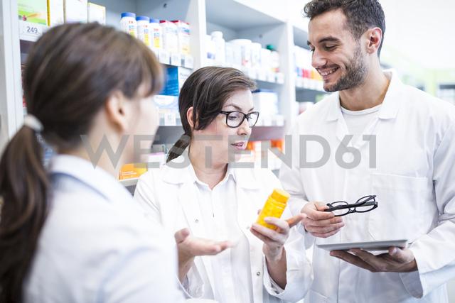 Two pharmacists advising customer in pharmacy - WESTF23948 - Fotoagentur WESTEND61/Westend61