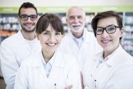 Portrait of smiling pharmacist team in pharmacy - WESTF23951