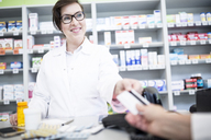 Customer paying cashless in a pharmacy - WESTF23963