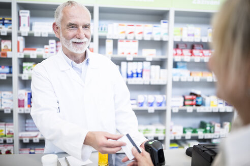 Customer paying cashless in a pharmacy - WESTF23966