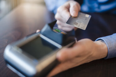 Man using credit card reader, close-up - DIGF03217