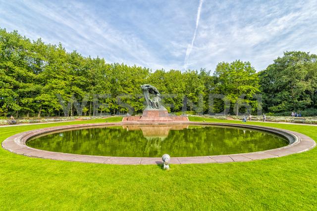 Poland, Warsaw, Royal Lazienki Park, view to Chopin Statue - CSTF01628