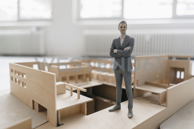 Miniature businessman figurine standing in architectural model - FLAF00118 - Flamingo/Westend61