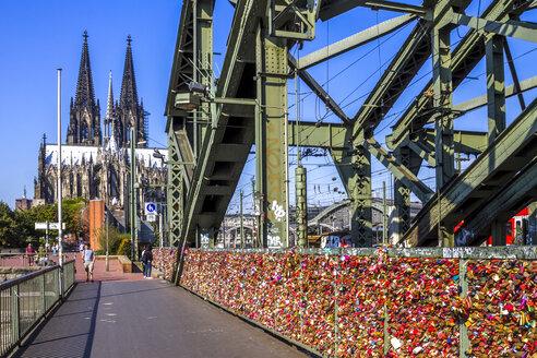 Germany, North Rhine-Westphalia, Cologne, Cologne Cathedral, love locks at Hohenzollern Bridge - PU01109
