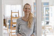 Portrait of smiling woman in a loft - KNSF03565