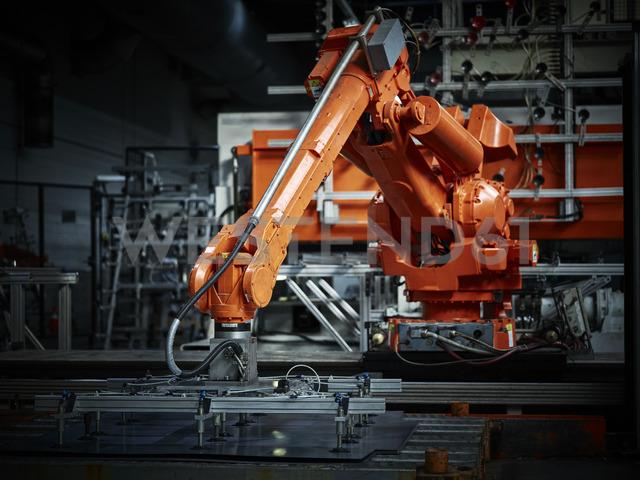 Industrial robot arm used in metalworking - CVF00080 - Christian Vorhofer/Westend61