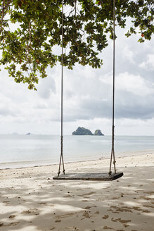 Thailand, Ko Yao Noi, swing on the beach - RORF01081