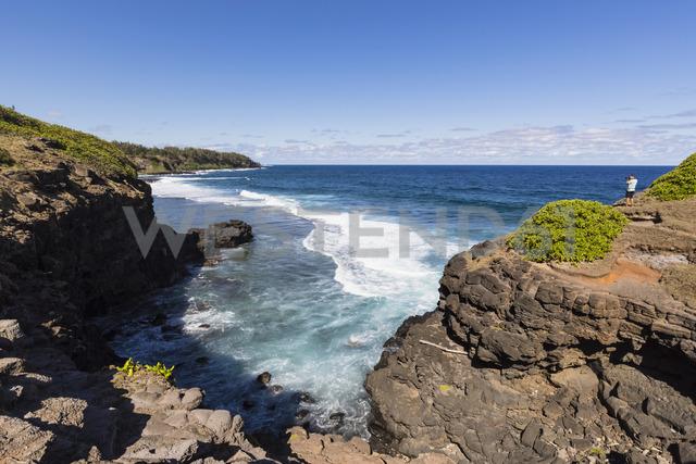 Mauritius, South Coast, Gris Gris, tourist on cliff of Roche Qui Pleure - FOF09818 - Fotofeeling/Westend61