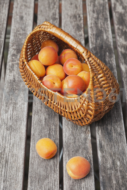 Wickerbasket of apricots - GWF05400