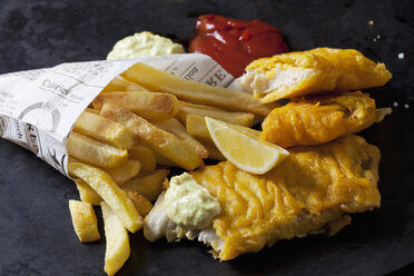 Fish and chips with remoulade, ketchup and lemon slice - CSF28833
