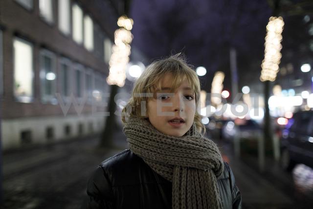 Portrait of blond boy in winter - KMKF00146 - Katharina Mikhrin/Westend61