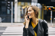 Laughing woman on the phone - BSZF00203